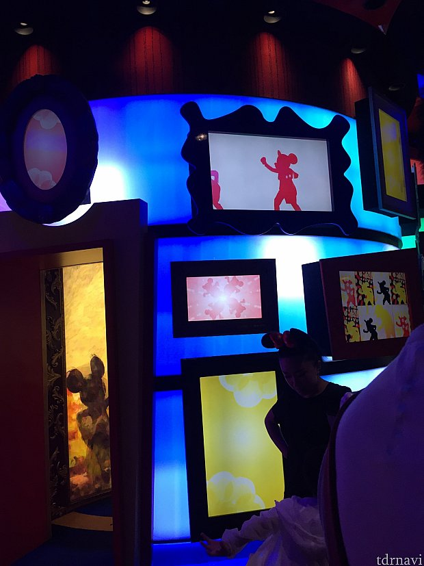 絵だけでなくて、実写の影が踊る映像もありました