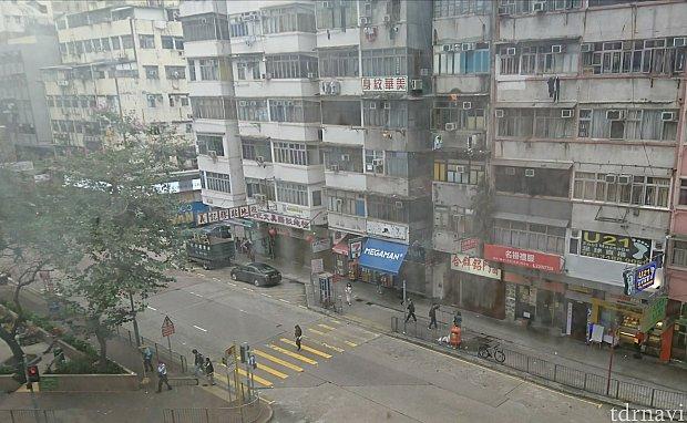 部屋の窓から。低層階なのでよく見えました。二重窓だから外の音は聞こえません。