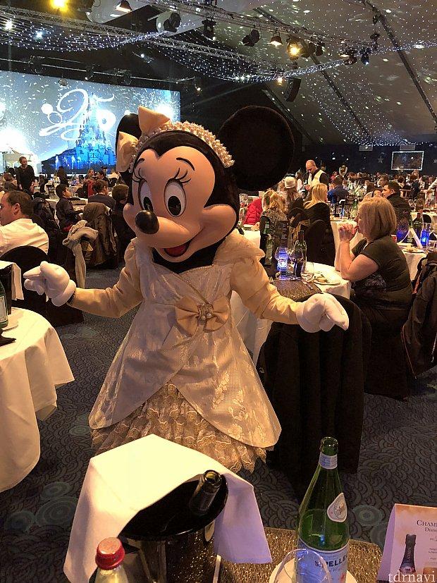 ミニーちゃん! シャンパンゴールドのドレスで可愛かったですよ