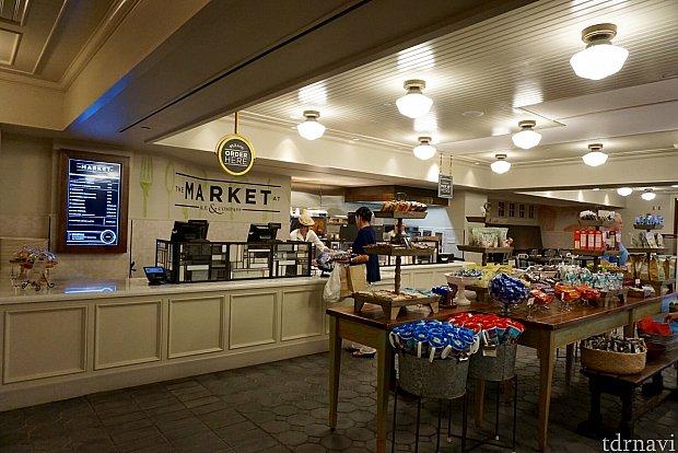 リゾートには、レストランと同名のマーケットがあり、軽食やお土産を購入することができます。