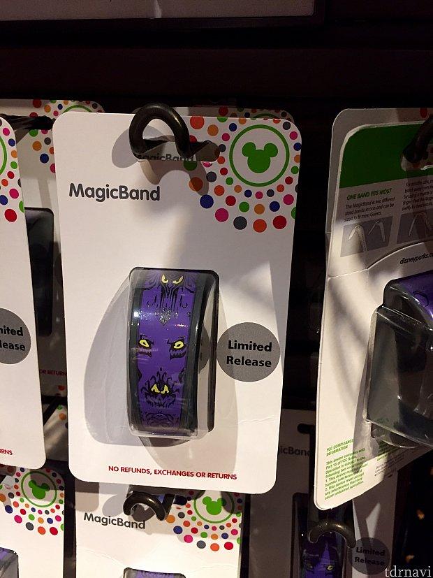 ホーンテッドマンションのマジックバンドは勿論紫の壁紙柄です。個数限定販売だそうです。$27.99。