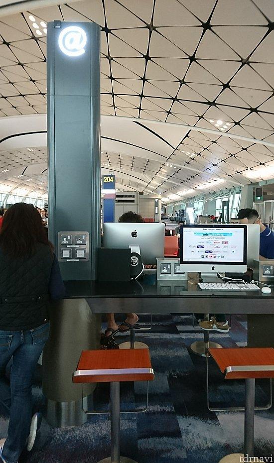 搭乗口付近にはこんな所があって、PCを見ている人、充電している人もいました。