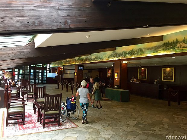 ホテルのフロントロビーです。WDWのウィルダネスロッジに比べると、かなりこじんまりとしたロビーですが、アメリカの国立公園の雰囲気は出ています。