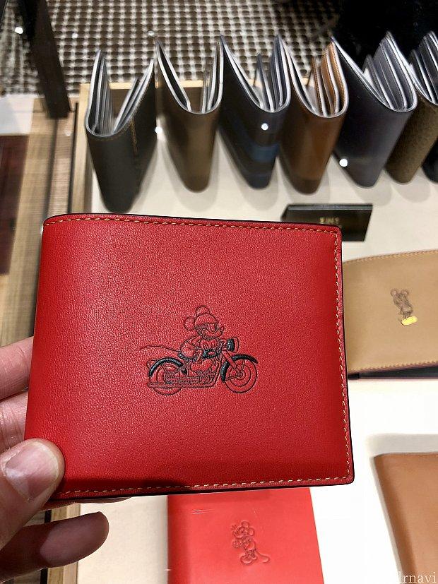 いくつか違う種類のお財布があります。こちらはバイカーミッキー。