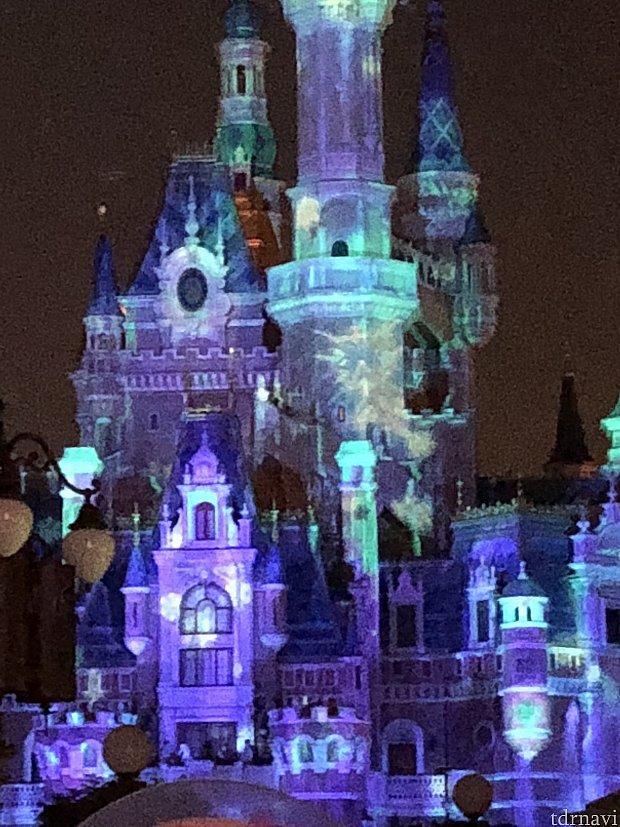 ツリー下から見たお城。めっちゃ拡大してます