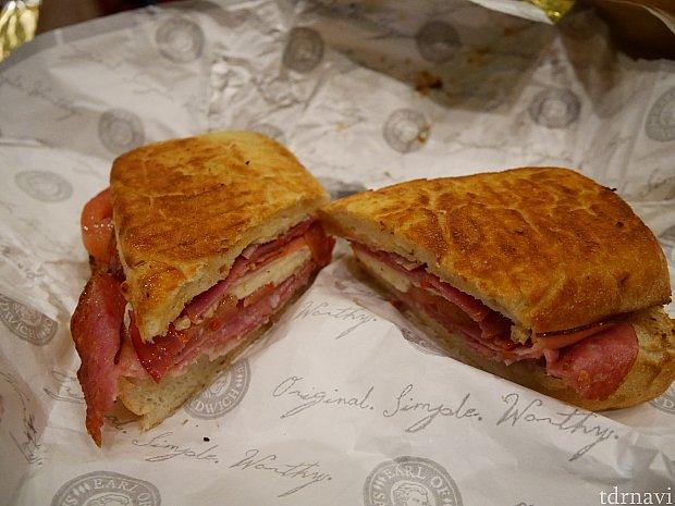 5位 ITALIAN サラミ、ハム、モルタデッラ、コッパ(生ハム)モッツァレラ、トマトなど。 美味しいのですが、サンドイッチというか、ピザです。折り畳んだピザ。