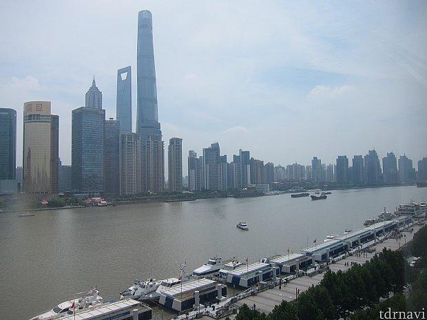部屋の窓から見える景色(右方向)。金融タワー群が見えます。