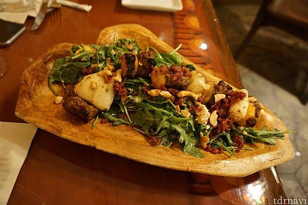 トラディショナル ソサティーと言われるラム肉とポークがサラダの上に乗った料理。肉自体がすこしパサついていたのが、少し気になりましたが、サラダの部分が美味しくて結構いけてました。