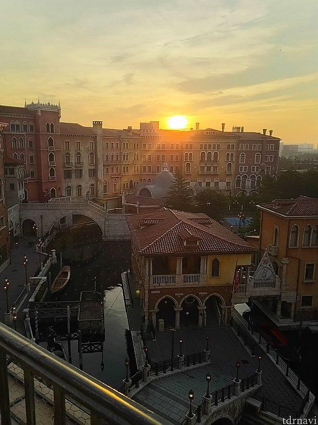 朝日☀です8月末の5時半くらいで左の建物を越すくらい8時頃にはテラスの真上くらいに日差しを感じます