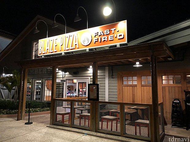 僕が行ったのが夜中過ぎだったので列はありませんが、いつもは長蛇の列が出来ている人気のピザショップです。
