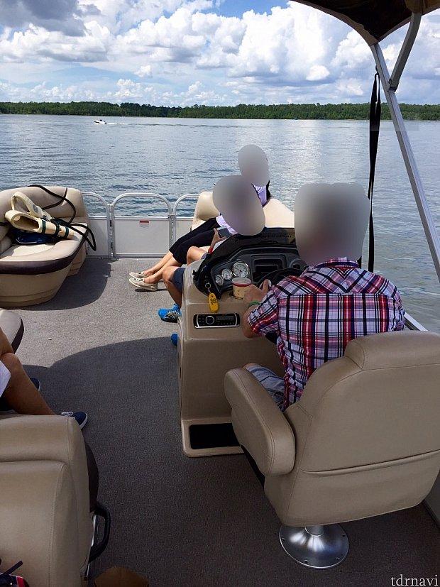 5人なのでゆったり。ボートを止めると風が無くて日向はかなり暑かったです。日陰になる様に屋根も付いています。