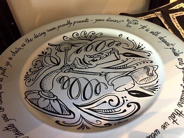3種類の大きさの異なるお皿。まずは小さいサイズのルミエール。