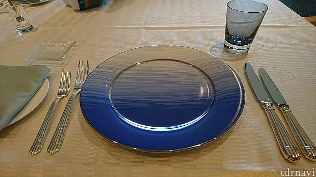 テーブルセットは青く海の中の気分✨