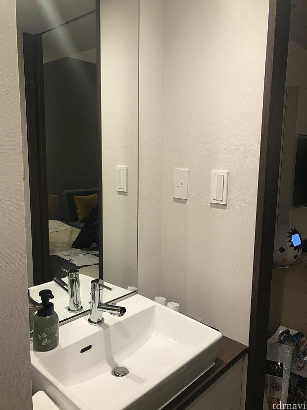 廊下の洗面台は鏡も大きくてすごく使いやすいです。ハンドソープ&洗顔フォームが備えられていました。