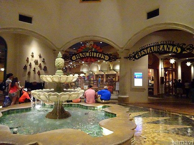 入り口を入ると右にチェックインカウンター、左にパンチートのお店とレストランへ続く廊下という配置。