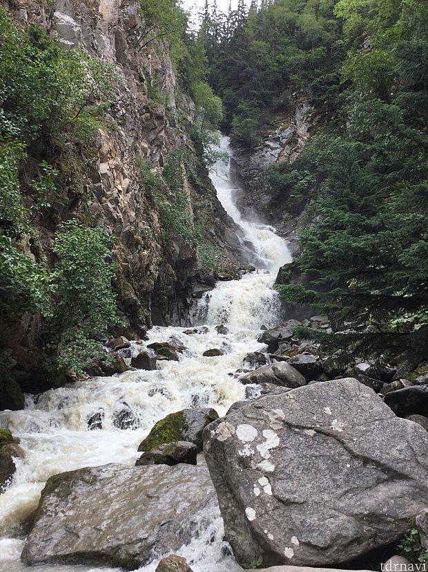 サイクリングをして滝を見に行くのもあり!