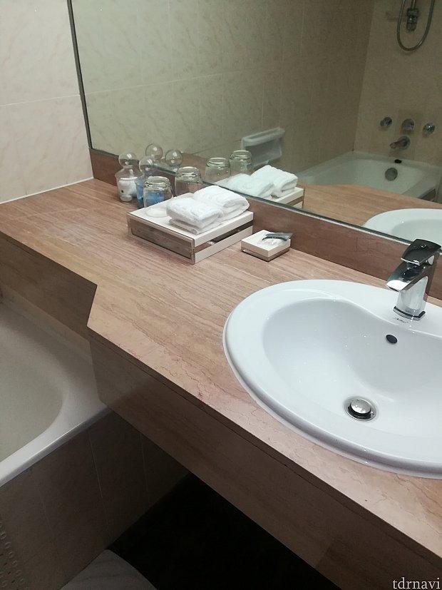 水周り。鏡が大きくて嬉しい! アメニティはいつも自前のものを用意するで気が付かなかったですが、歯ブラシ、クシ、シャワーキャップくらいしか無かったです。