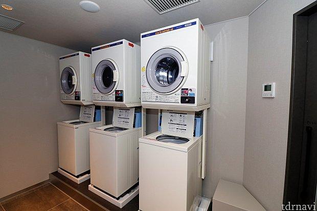 1階のランドリールームには洗濯機+乾燥機が3セット 洗剤は自動投入で持参不要 支払い方法は百円玉のみ 室内に両替機がないのでご注意を 乾燥は設定時間+5分(冷却時間)で終わります