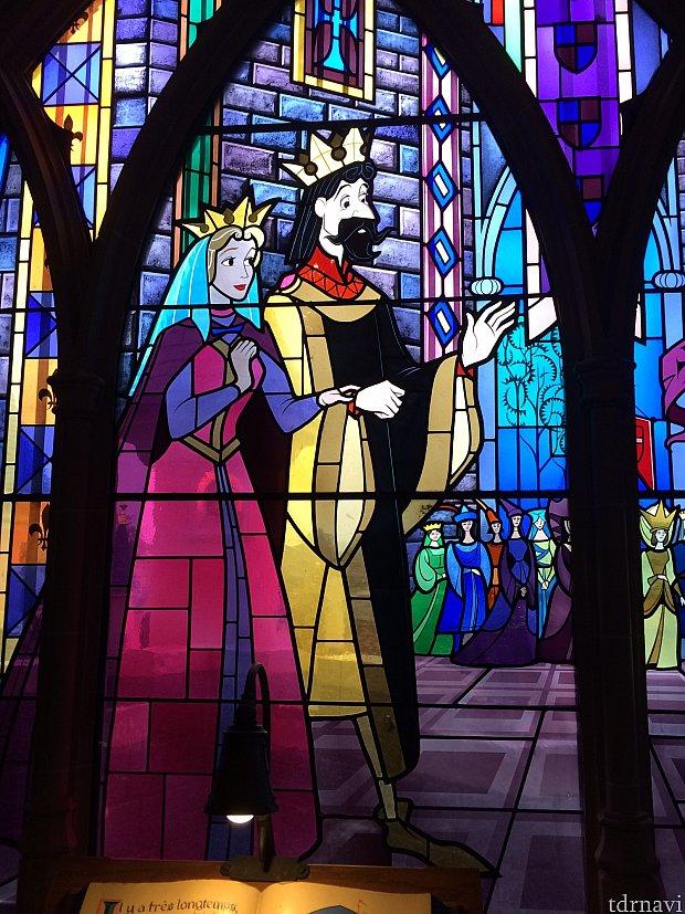城内には眠れる森の美女の物語がステンドグラスとタペストリーで表現されています。これはオーロラが誕生する場面。
