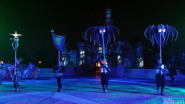 城前ではダンサーのかっこいいダンスも見られます!