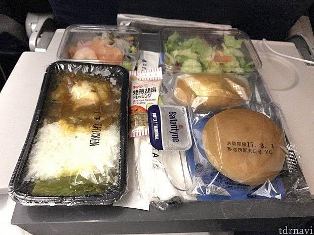 機内食です。お野菜もたくさんで、メインもとても美味しかったです