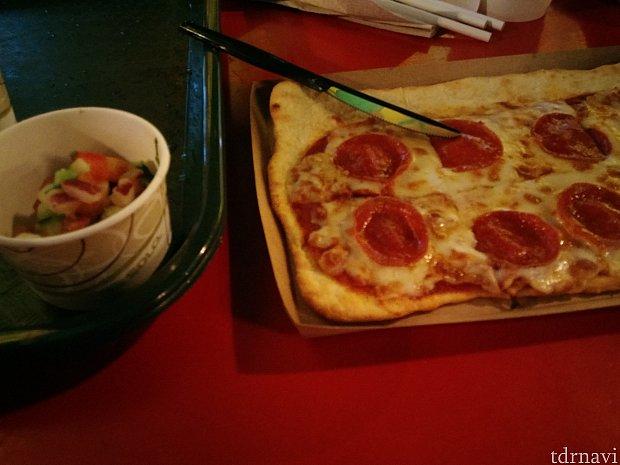 ピザにはサラダが付いてきました。