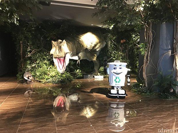 ロビーに入ると早速恐竜とゴミ箱くんが出迎えてくれます。