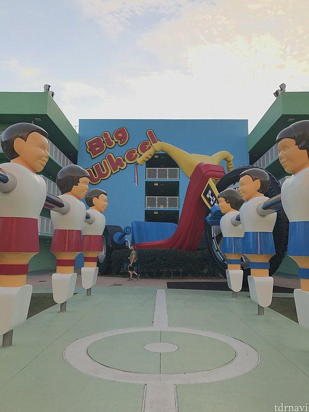 ホテルの目の前がサッカーのボードゲームのようになっています……とにかくでかい!