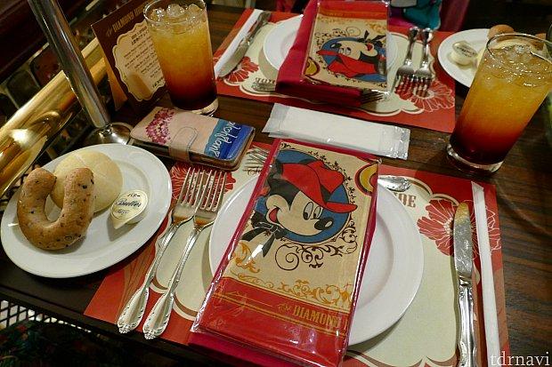 さて、これからお食事タイムです!ウェルカムドリンクは名物フロンティアパンチ!おかわり自由です!テーブルに置かれてるバンダナはショーの最中に使います!もちろんお持ち帰りできますよ✨