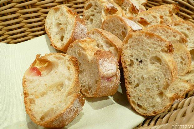 ただのフランスパンかと思ってよーく見ると・・・ リンゴとヘーゼルナッツが入ったパン! さりげないのでお食事にも合いそうです✨