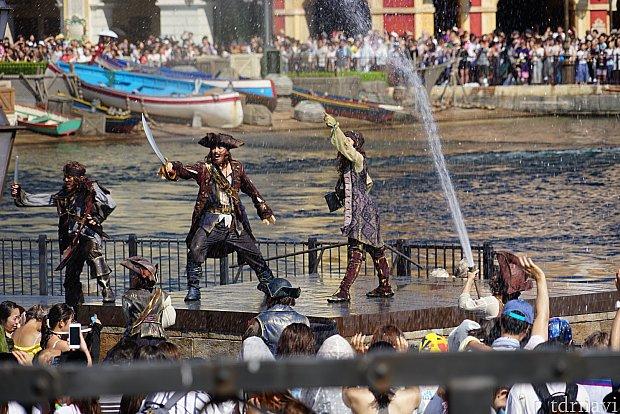 ザンビ前のステージでも海賊が大暴れ。ヨーホーの掛け声とともに大量の水が!