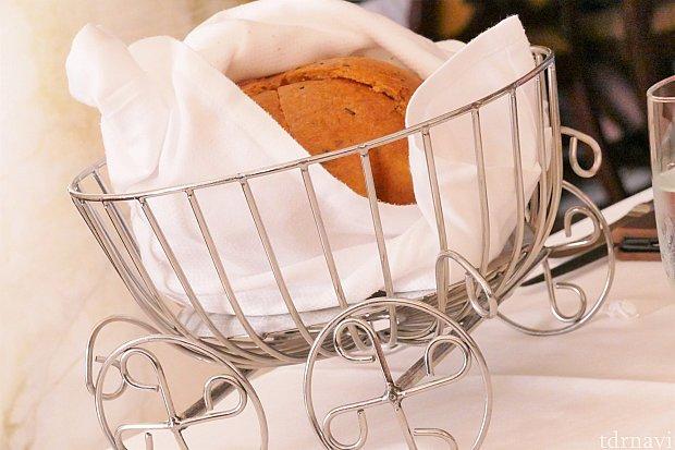 パンが入っているバスケットは馬車のモチーフ♪