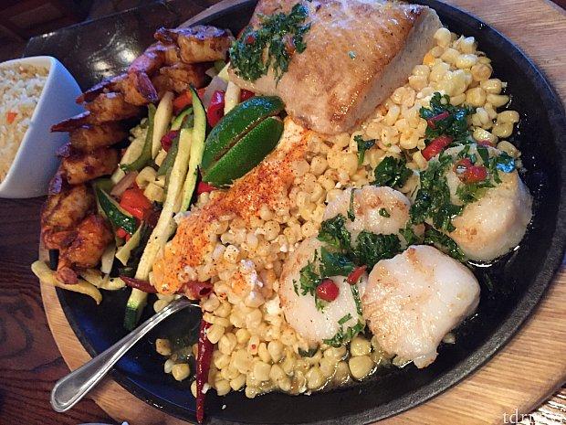 エビ、白身魚、大きなホタテ、野菜、コーン。これ以外に付け合わせも来ます。味は特に驚くほどでも無く、見た目通りの普通の味でした。これどう考えても2人前では無いです。
