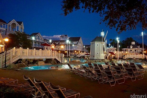 隣のツインホテルのビーチリゾートは、よりカジュアルな雰囲気のホテル。とても立派なプールがあり、ウォータースライダーや流れるプールまであります。