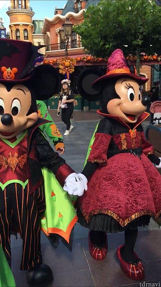仲良く手を繋いで登場するミッキーとミニーちゃん。
