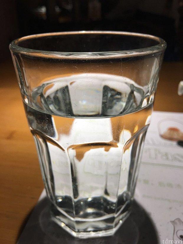 お水では無く白湯を出してくれました。夏季はレモン水の場合もあるそうです。