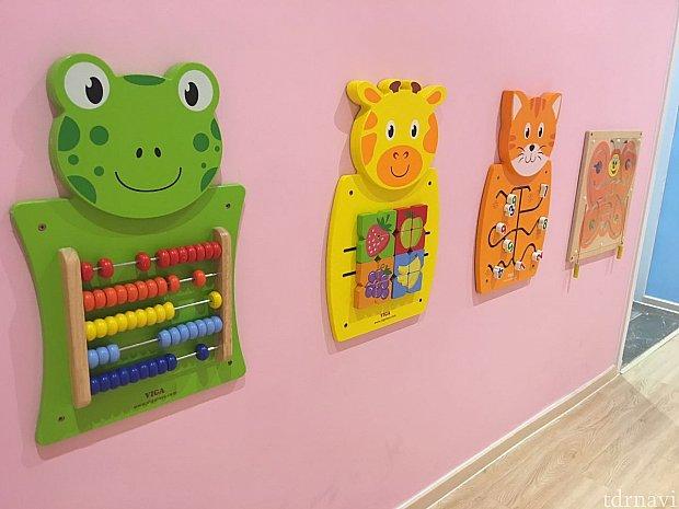 壁には小さな子供が遊べるようになっています。
