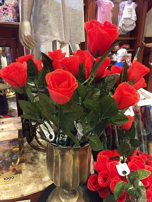 こちらの薔薇の造花は光を放ちます。夜間のパークにオススメ。