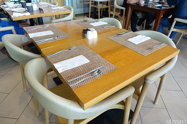 テーブルセットもシンプルでイイ感じ