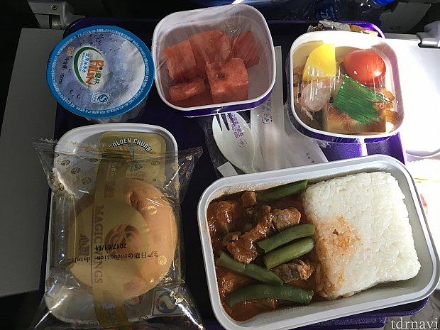 上海→成田線。上海から乗るときは水のカップが必ずついてきました(なぜかな?)。