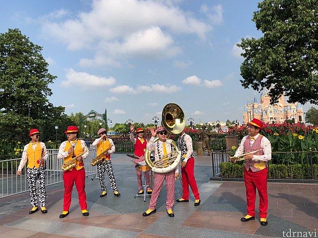 ディズニーランドバンドも演奏で応援!