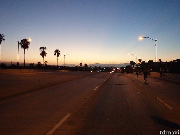 アナハイム市街地、通行止めになっています。