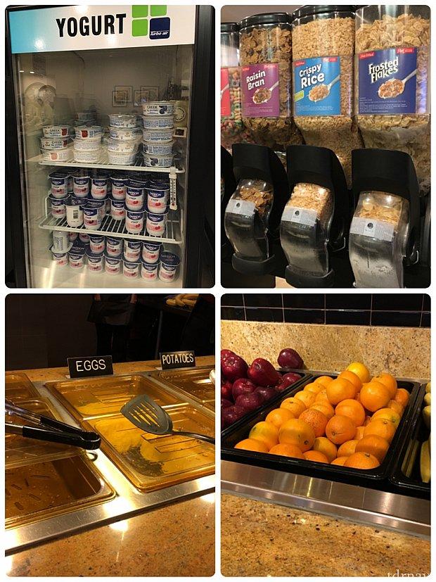 朝食メニューです。ヨーグルトにシリアル、卵料理にポテト、果物。