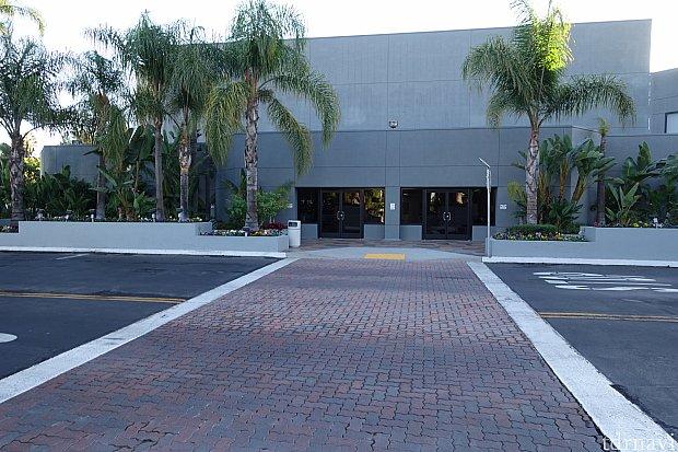 目の前の横断歩道を渡って、左に曲がります。 右折するとヒルトンに着きます。