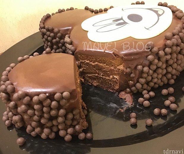 断面はこのようになっています。甘さ控えめでしっとりとしたチョコレートクリームとまわりのサクサクの丸いチョコスナックの食感がベストマッチ☆