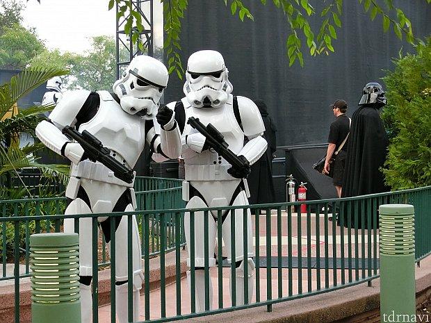「あそこのドロイド見てみろ!反乱軍か?!」とトルーパーがこちらを見ています!