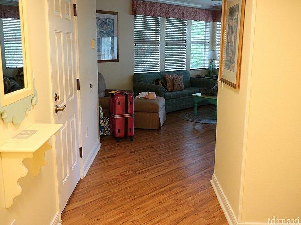 玄関から見たリビングの写真。右側にベッドルームやバスルームがあります。