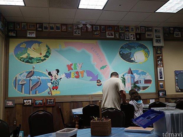大きな地図が壁にあります。ほんとのキーウェストの場所が書かれてます。壁には、いろんなファミリーの写真が貼られてます。