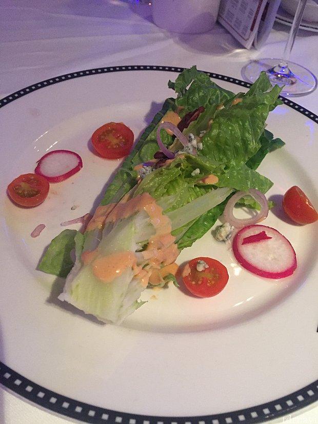 続いてサラダ。レタスやドレッシング等、色々と前菜と被っています。😳