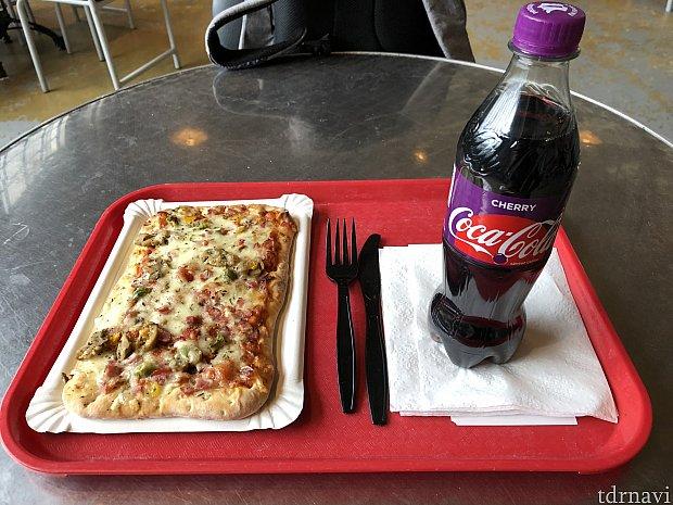 自分は軽めにピザとチェリーコークを。 年パ割引つかって約12€でした、